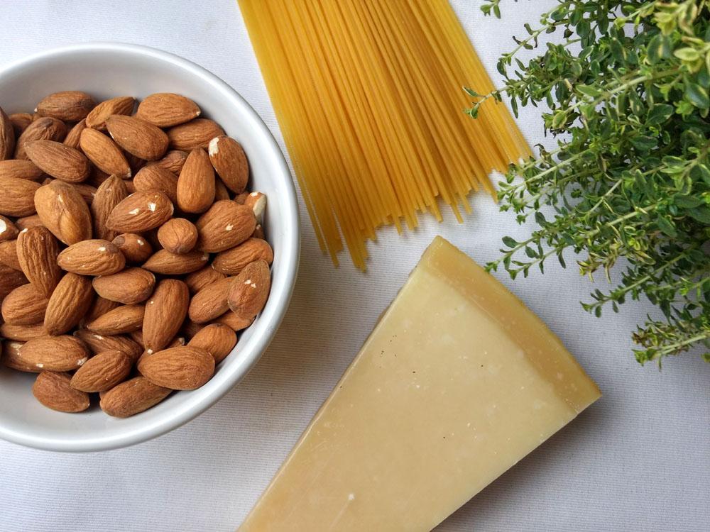 Pesto z migdałów i tymianku cytrynowego