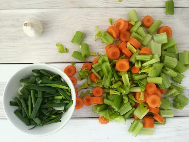 Zupa z selera naciowego z serem pleśniowym i słonecznikiem
