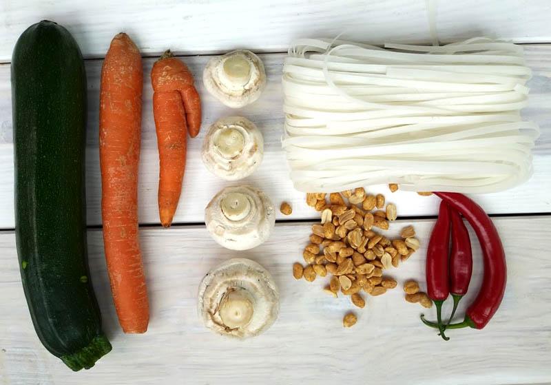 Wegański pad thai z wędzonym tofu, cukinią i marchewką
